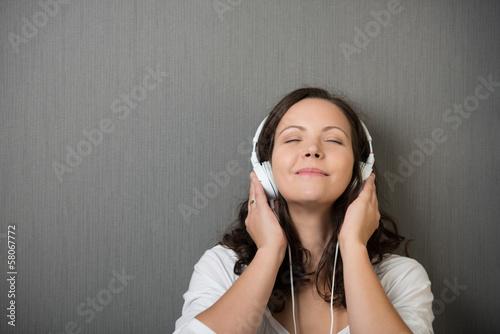 frau genießt musik mit geschlossenen augen