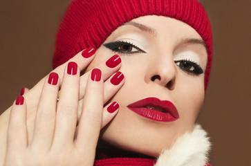 Девушка с красным маникюром.