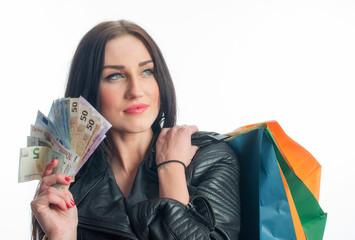 Rassige Frau mit Geldscheinen beim Shoppen
