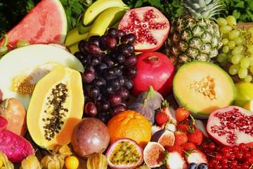Frische exotische Früchte, man sieht das Fruchtfleisch