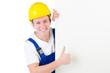 Bauarbeiter mit Werbetafel