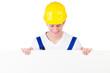 Bauarbeiter guckt auf weißes Schild