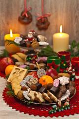 Weihnachtsteller mit allerlei Gebäck und Süßigkeiten