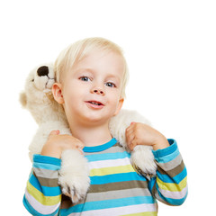 Kind trägt Kuscheltier huckepack