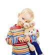 Kind kuschelt mit seinem Stofftier