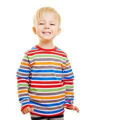 Lachendes Kind grinst in die Kamera