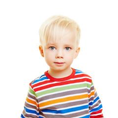 Portrait von einem Kind mit ernstem Blick