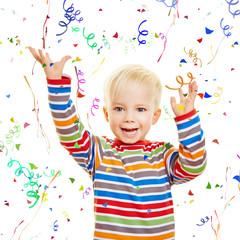 Kind schmeißt Konfetti beim Geburtstag