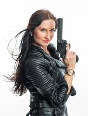 Rassige Frau mit Waffe