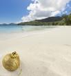 boule de Noël sur plage des Seychelles
