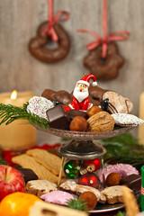 Weihnachtsteller mit Nikolausfigur, Gebäck und Süßigkeiten