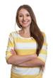 Lachende Frau mit verschränkten Armen und langen Haaren