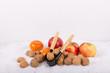 Äpfel, Mandarinen und Nüsse mit Nussknacker im Schnee