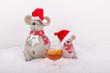 Wehnachtsmäuse mit Cognac Glas im Schnee