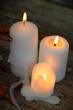 drei weiße Kerzen mit Flamme