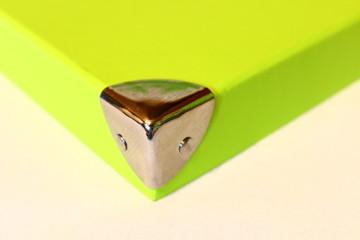 Ecke einer hellgrünen Box