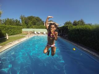 Fillette sautant dans la piscine
