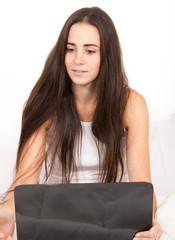 étudiante et son ordinateur portable
