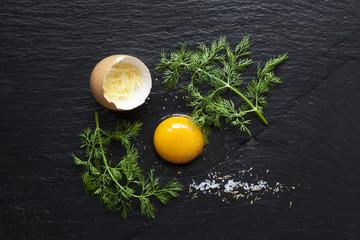 Oeuf avec Tomate et Aneth sur Ardoise