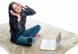 Frau mit Laptop hört Musik