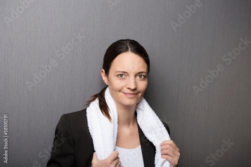 geschäftsfrau mit handtuch um den hals