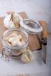 Knoblauch im Glas mit Holzmesser