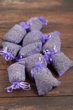Fototapety Getrocknete Lavendelblüten in kleinen Stoffbeuteln