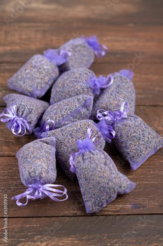 Getrocknete Lavendelblüten in kleinen Stoffbeuteln