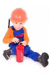 Kleriner Junge spielt Feuerwehrmann
