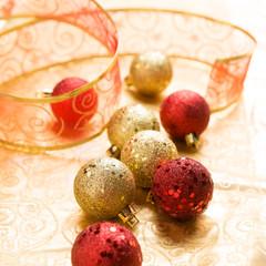 Rote und goldene Christbaumkugeln