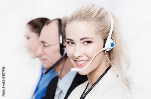Mitarbeiter im Callcenter - junge Frau mit Head-Set
