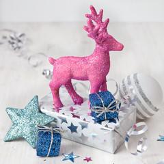 Rosa Hirsch mit Weihnachtsgeschenken
