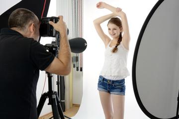Fotograf und Modell im Fotostudio
