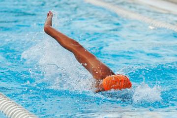 Nuotatore stile libero in piscina