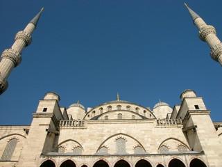 Seitenansicht der Blauen Moschee vor blauem Himmel