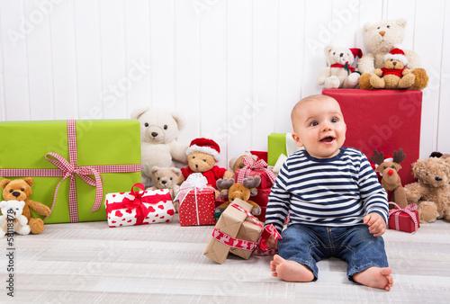 Baby - lachender kleiner Junge - Wunschkind - erstes Weihnachten