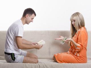 Муж и жена делят зарплату
