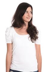 Junge Frau in weißem T-shirt blickt seitlich nach oben