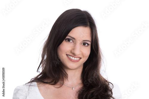 Gesicht einer lachenden jungen Frau dunkelhaarig isoliert