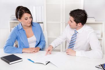 Mitarbeiter - Team in Besprechung - Geschäftsleute Mann & Frau