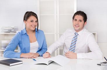 Mitarbeiter Finanzen oder Vertrieb - Besprechung im Team