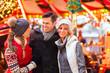 Freunde auf Weihnachtsmarkt in Adventszeit