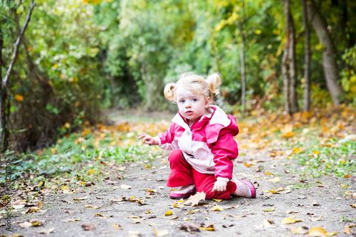 canvas print picture Mädchen im Herbstwald
