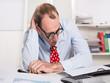 Frustrierter Mann im Büro - Niederlage, Burnout, Depression