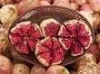 Aufgeteilte Granatäpfel auf einem Wochenmarkt in Istanbul