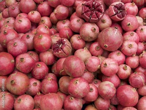 Frische Granatäpfel auf einem Wochenmarkt in Istanbul Erenköy
