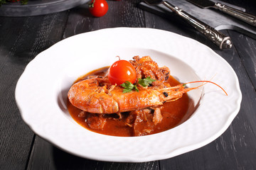 zuppa di pesce con gamberi sfondo grigio