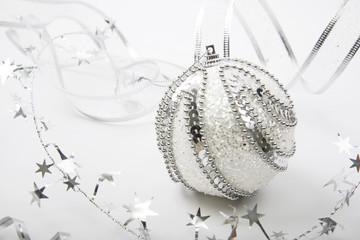 новогодний шар в снегу