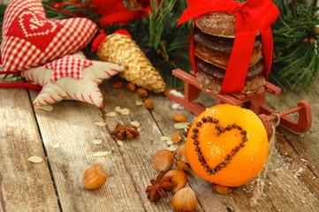 Weihnachtsdekoration mit gespickten Orangen