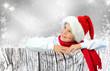Weihnachtskind lehnt auf Holzwand